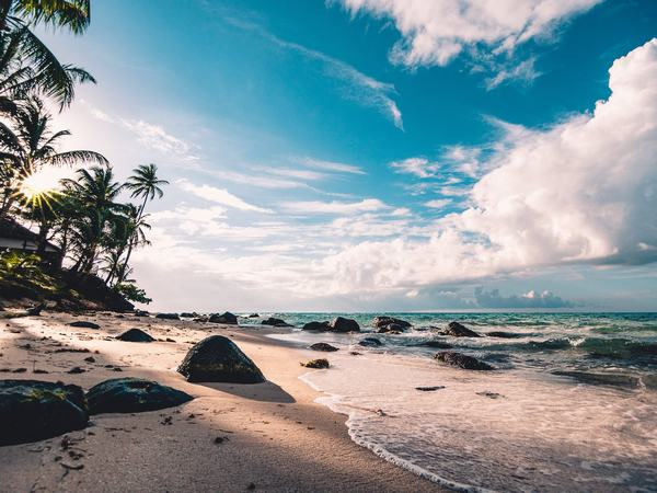 Giải mã giấc mơ: Nằm mơ thấy biển cả điềm báo gì con số liên quan?